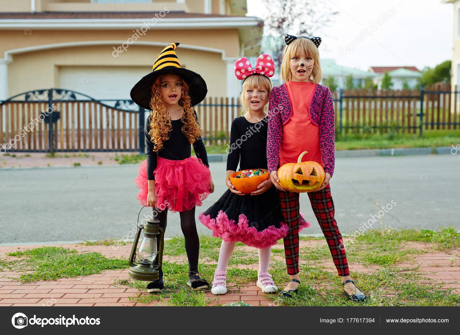 Süßes Oder Saures Mädchen Fordern Süßigkeiten Tag Von Halloween ...