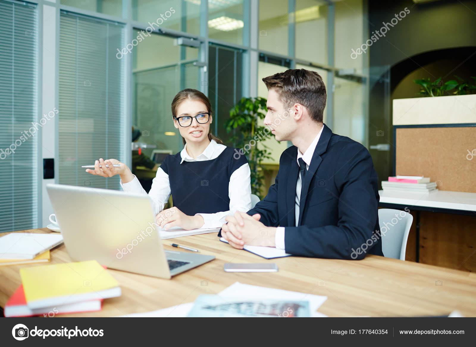 Ufficio Moderno Gioiosa : Creativo giovane interior designer seduto alla scrivania ufficio