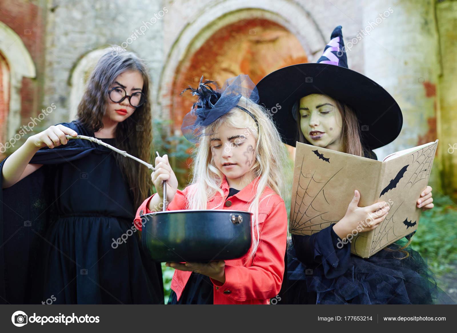 Petites Sorcières Halloween Avec Grimoire Baguette Magique Préparer