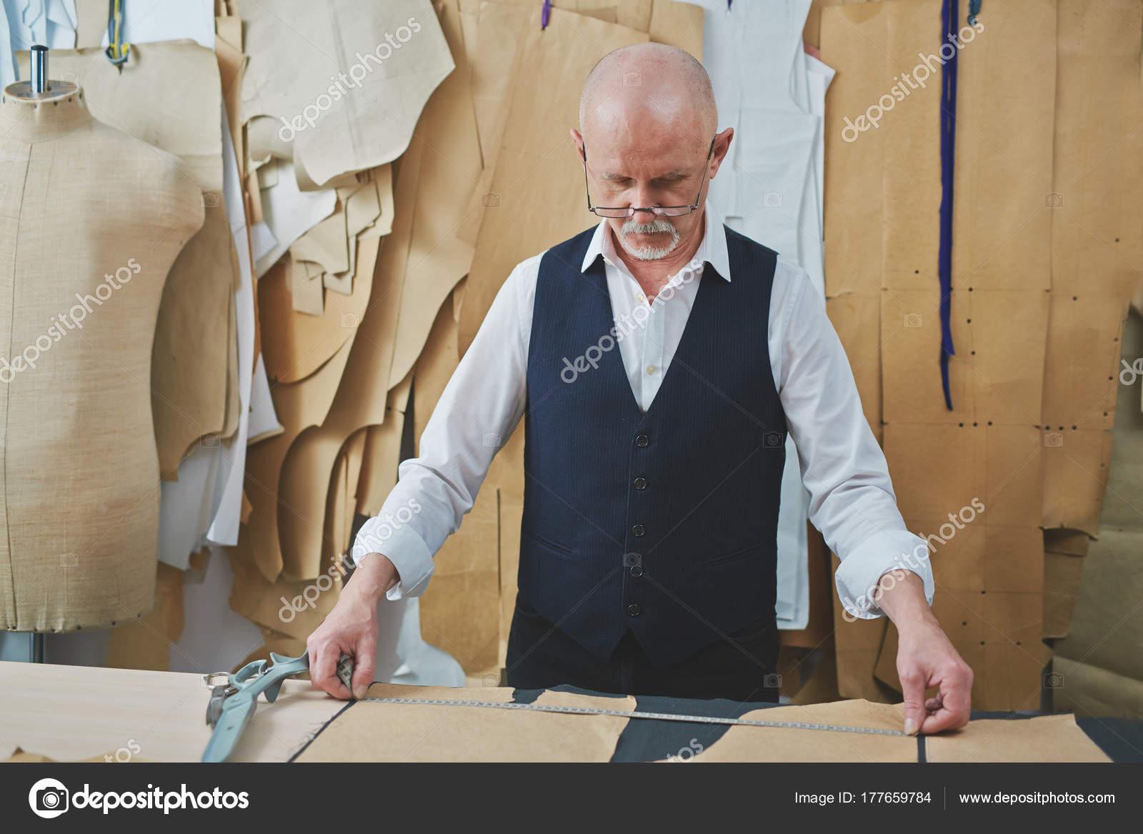 Портрет опытных старших портной сделать одежду на столе в ателье-магазин–  Стоковое изображение 8ad2fe5105031