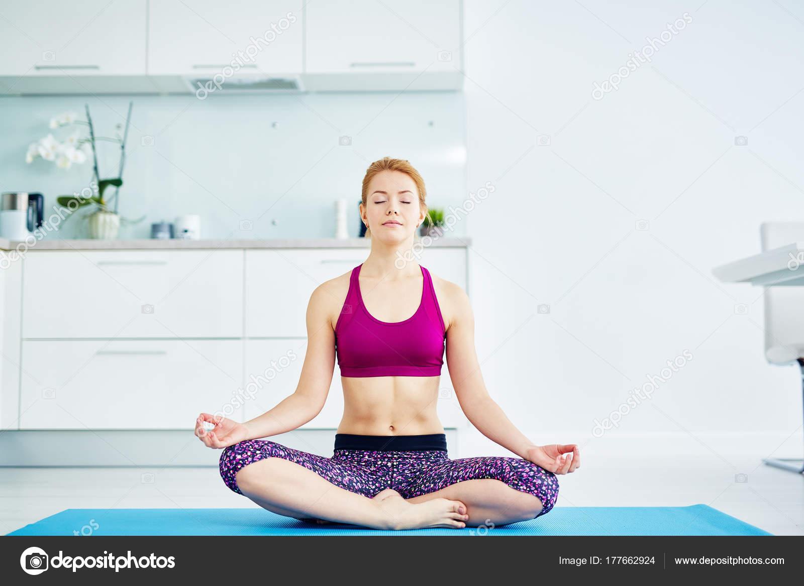 Ritratto Donna Dai Capelli Rossa Adatta Fare Yoga Casa Seduto — Foto ...