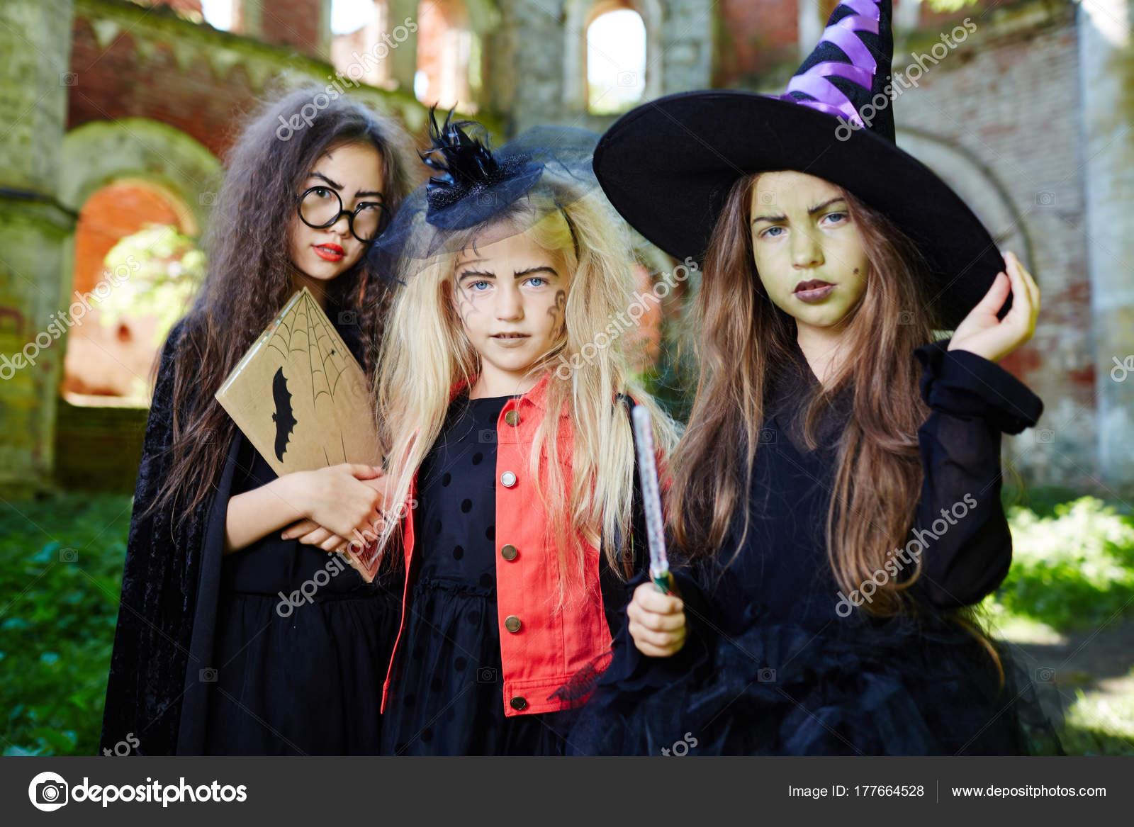 Gruppe Von Freundlichen Hexen Halloween Kostumen Bitten Sie Ein