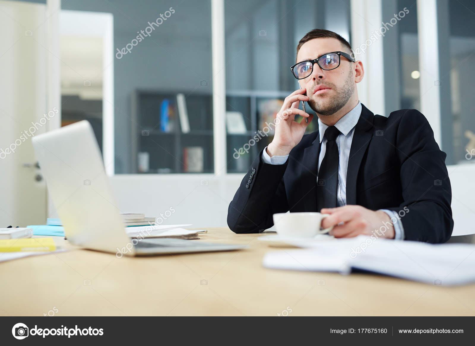 Ufficio Elegante Jobs : Elegante broker invita smartphone ufficio u foto stock