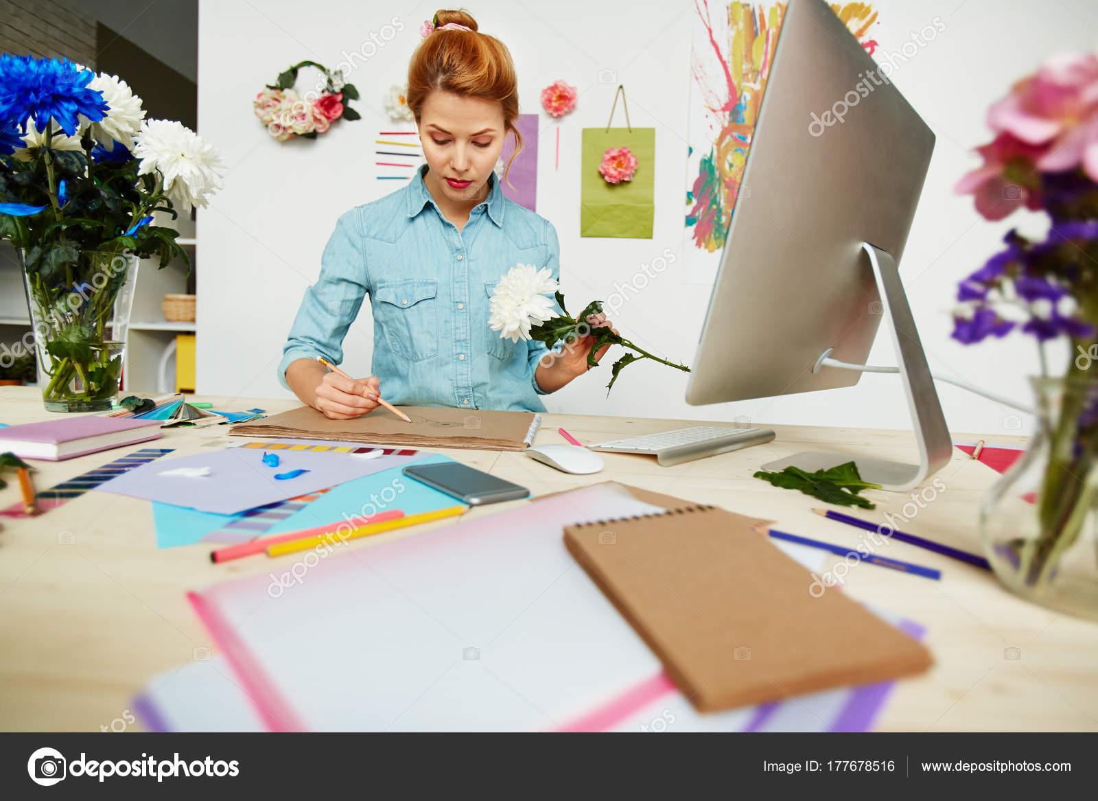 Capo Ufficio Disegno : Vita ritratto dell artista bella camicia denim disegno foto