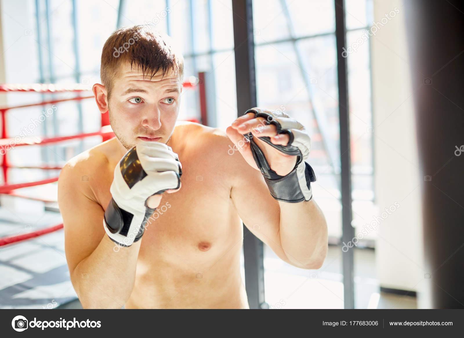 Homme Pratique Boxe Portrait Sac Cours Sueur Torse Frapper kTPZiOXu