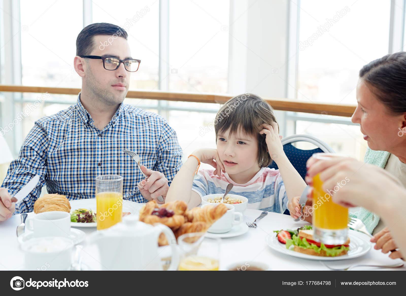 Niño Desayunando Con Padre Abuela
