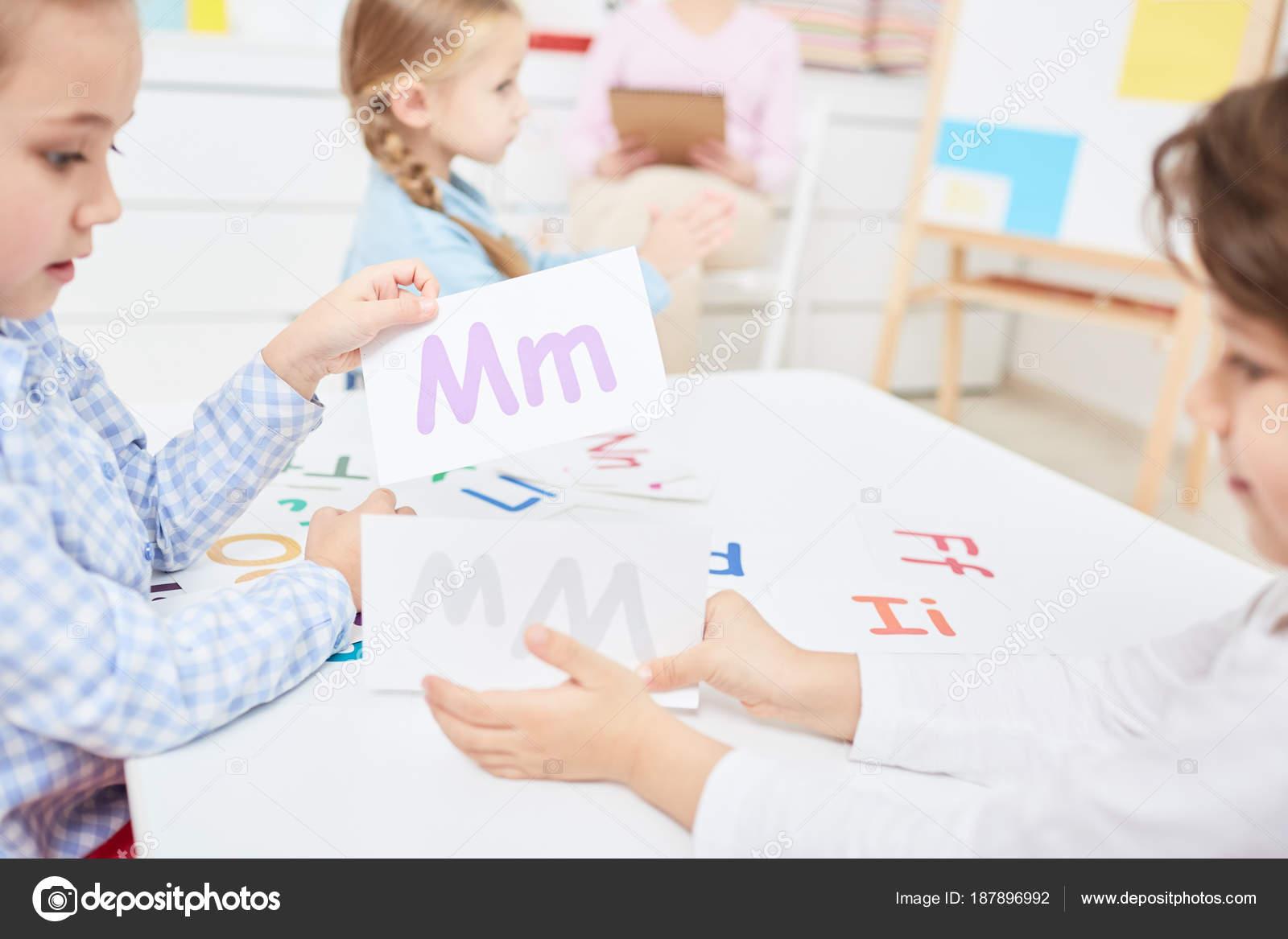 Zwei Kinder Wählen Papierkarten Mit Lateinischen Buchstaben Während ...