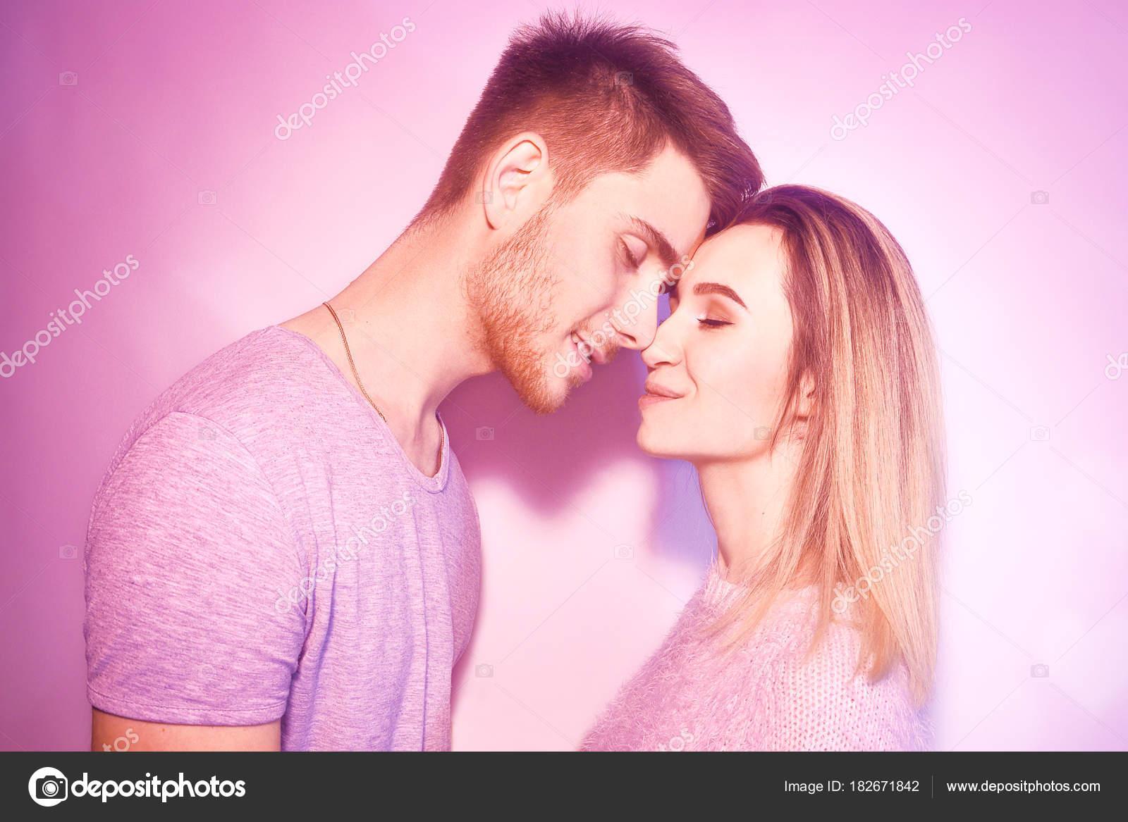 sexy Mädchen küssen und berühren
