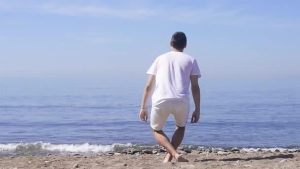 Junger Mann macht Meditation in Lotus am Meer darstellen / Ocean Beach, Harmonie und Kontemplation. Junge praktizieren Yoga am Meer Resort in ihrem Urlaub.