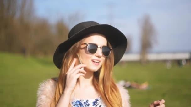 6221c6ae95 Beautiful Girl Black Hat Sunglasses Speaks Phone Street Girl Trip — Stock  Video