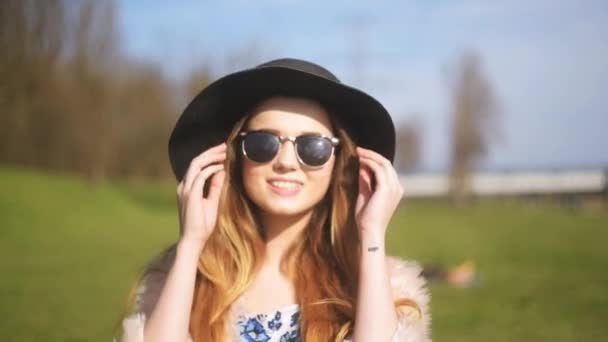 4f7c8546c7 Beautiful Girl Puts Sunglasses Poses Lovely Girl Big Black Hat — Stock Video