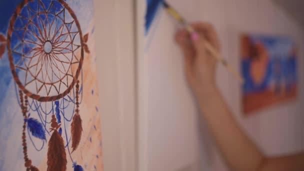 Lány festeni egy képet, a házi stúdiójában. Modell nő festeni a képet. Art. Nő felhívja a festékek. Lány részt vesz a kreativitás. Modell festő ecset festőállvány. Fiatal művész kezdő festmény-kép