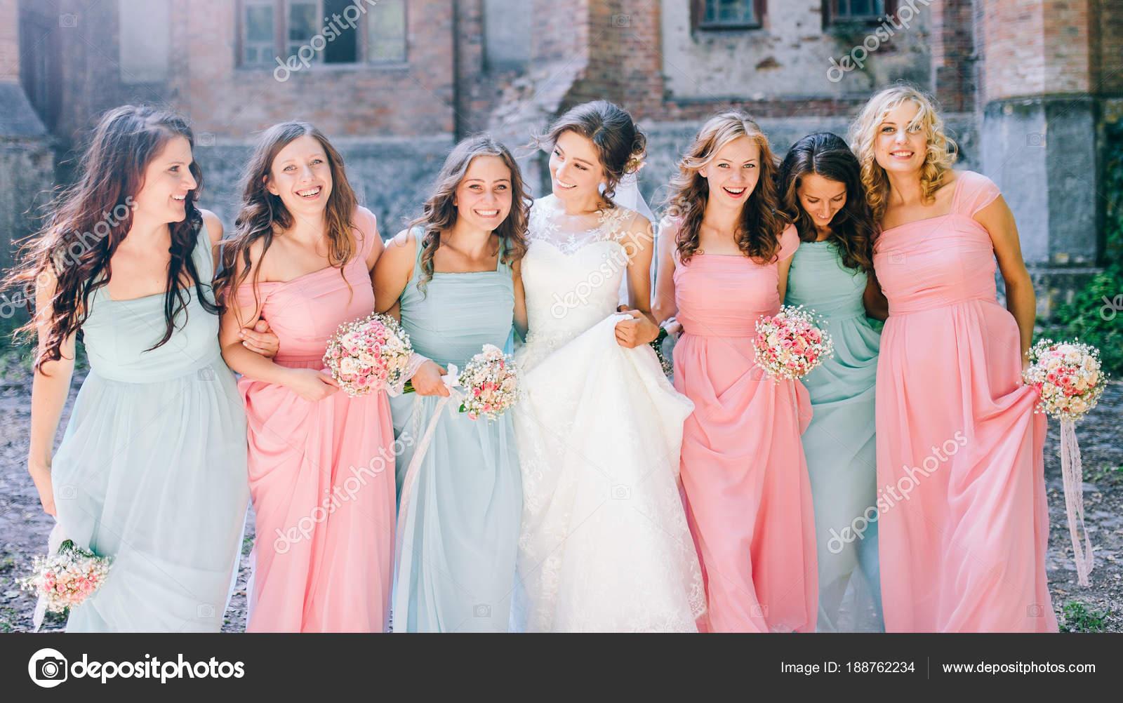 Tierna Novia Con Sonrientes Damas Honor Vestidas Con Vestidos Largos ...