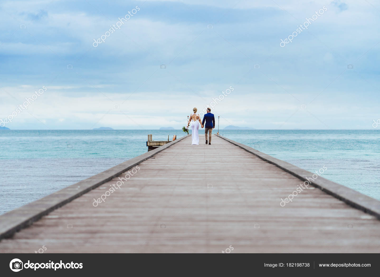3792b0a02b177f Bride Groom Walking Wooden Pier Ocean Light Cloud Sunset — Stock ...