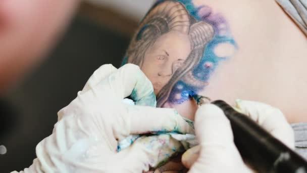 Tetováló művész, hogy tetoválás a stúdióban