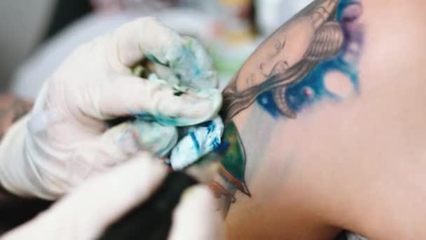 Tattoo-Künstler machen Tätowierung im Studio