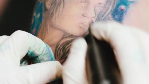 Tetovací umělec udělat tetování ve studiu