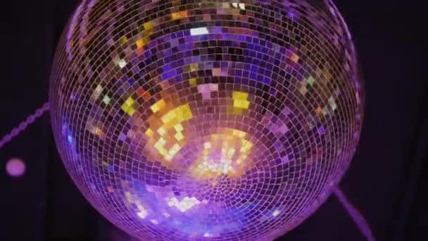 Otočný zrcadlový disco míč, zblízka