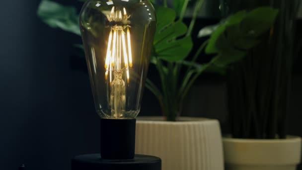 Dekorativní stolní lampa s klasickou žárovkou