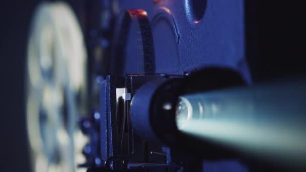 Starý filmový projektor ukazuje film, detailní záběr