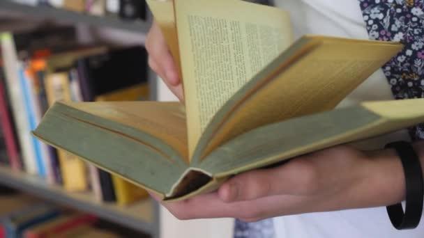 Ruční otáčení stránky knihy, close-up