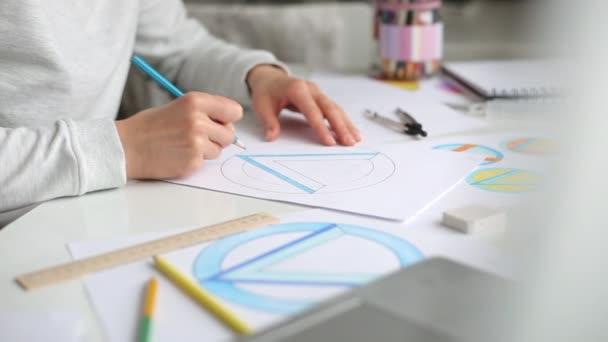 Grafický designér kreslí náčrt loga značky.