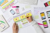 Designéři vyvíjejí webové aplikace. Návrháři kreslí náčrty rozhraní. Koncept zkušenosti uživatele.