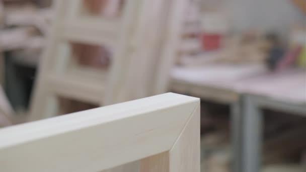 Truhlář ovládá dřevěné výrobky. Pracovat v truhlářské dílně. Výroba nábytku.