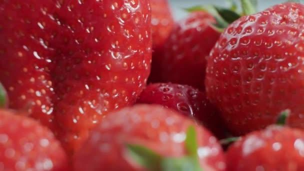 Zralé čerstvé jahody se zavírají. Ekologická zralá jahoda. Koncepce hygieny, stravy a zdravých potravin.