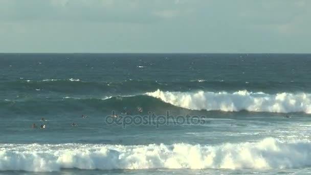 Szörfösök a csendes-óceáni hullámai a Hawaii Maui sziget partjainál