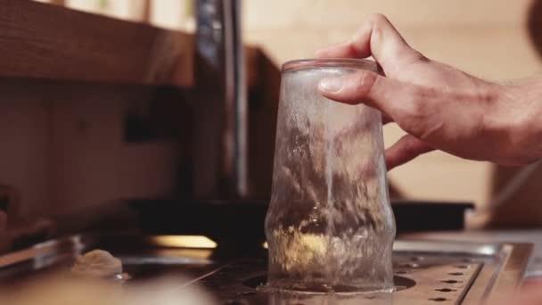 Nettoyer Du Verre mains de barmans nettoyage verre barman travaille au bar — vidéo
