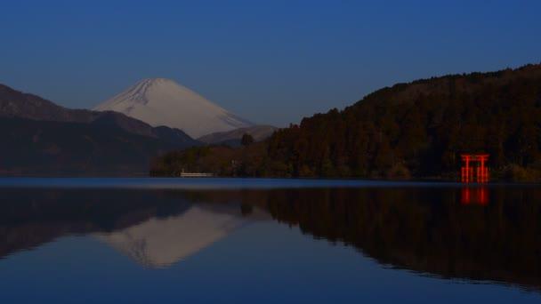 Obrácený Fudži v jezeře Ashi a Torii míru Hakone svatyně Japonsko 02/09/2018