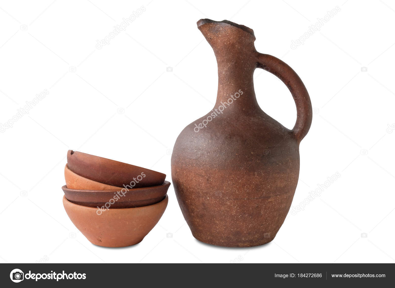 pichet vin coffret tasses terre cuite argile sur fond blanc photographie naskami 184272686. Black Bedroom Furniture Sets. Home Design Ideas