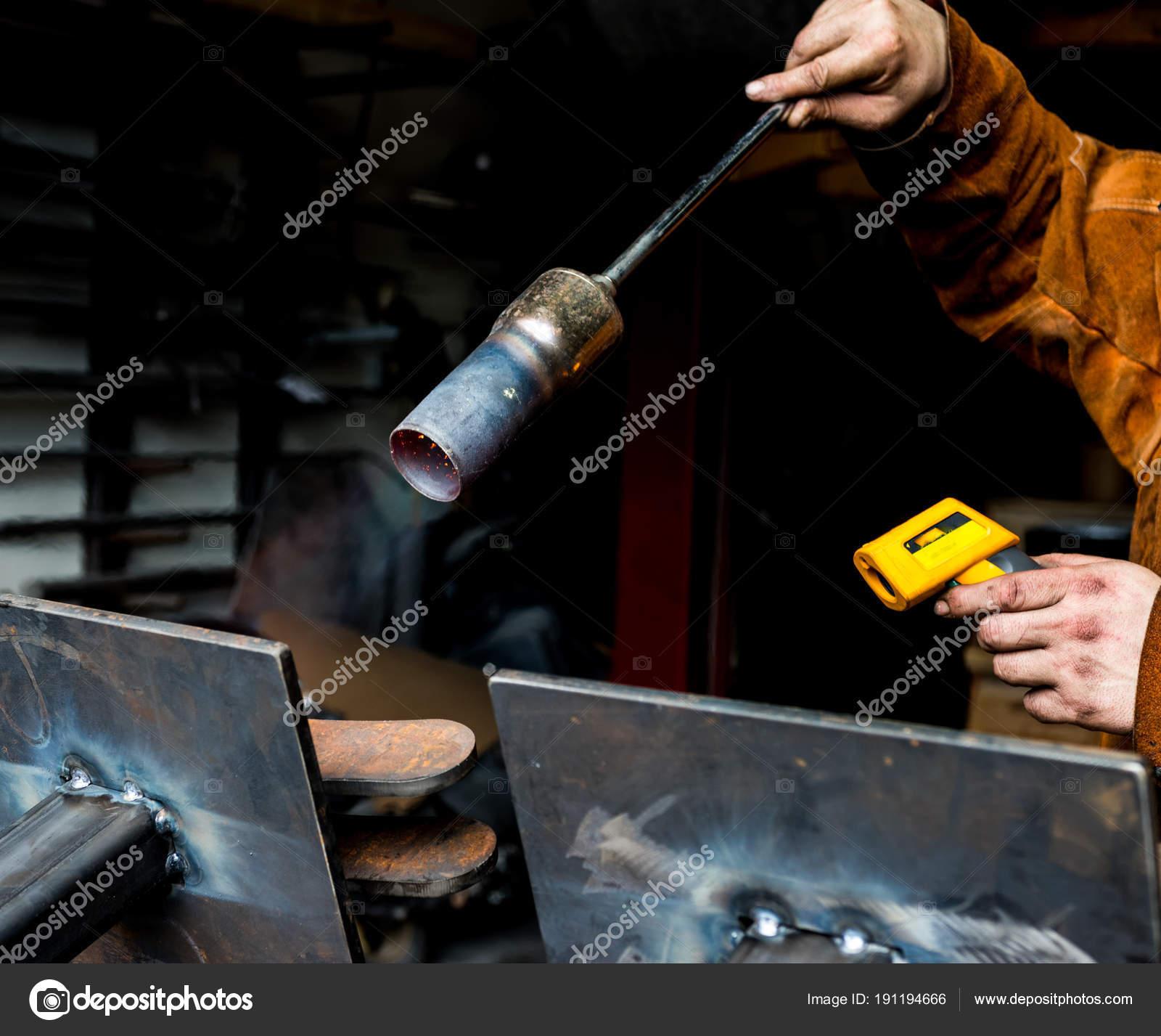 Metallarbeiter Vorwarmen Stahlplatten Mit Einem Propan Brenner In