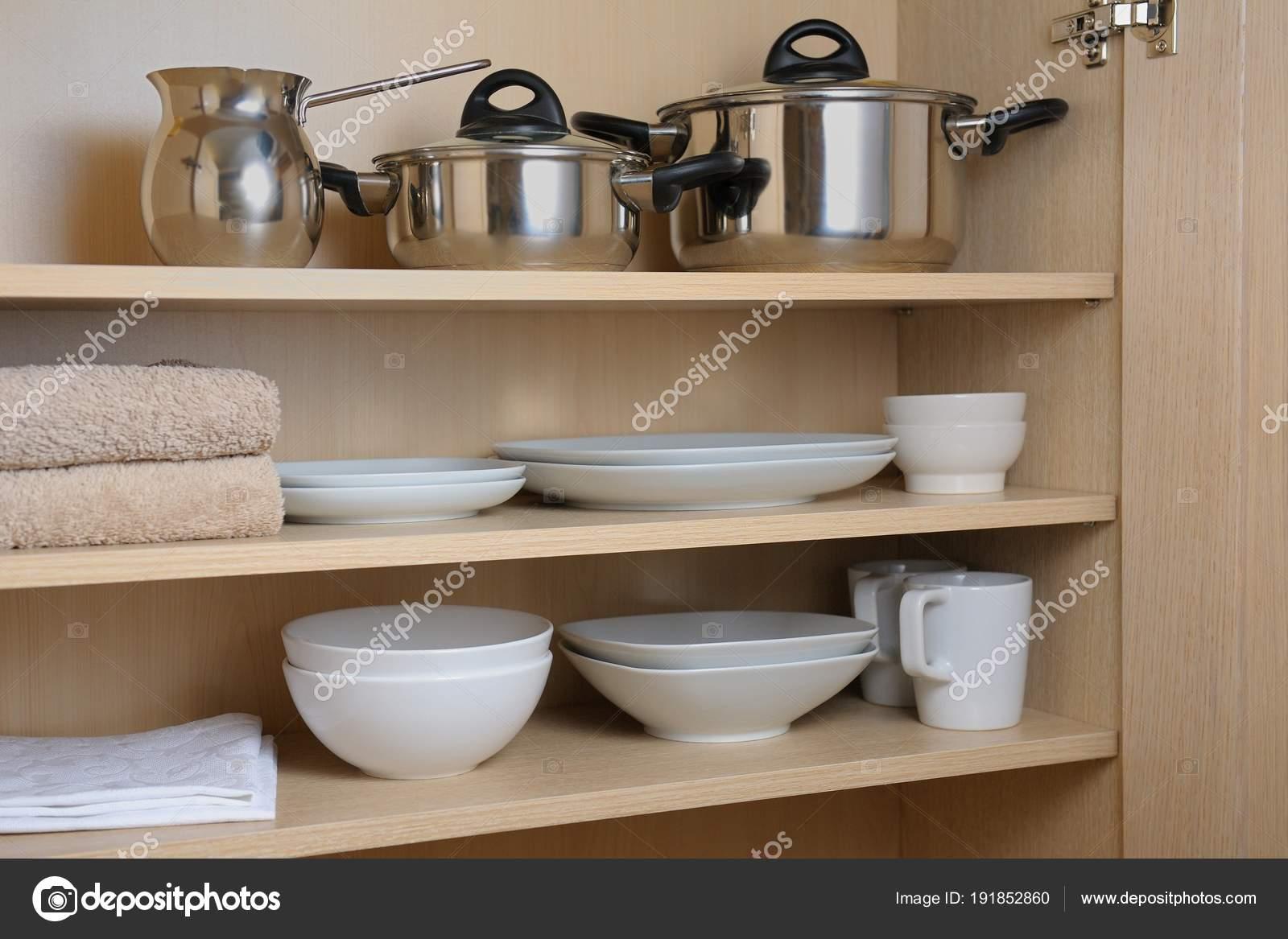 Verschiedene Weisse Geschirr Und Pfannen Schrank Der Kuche