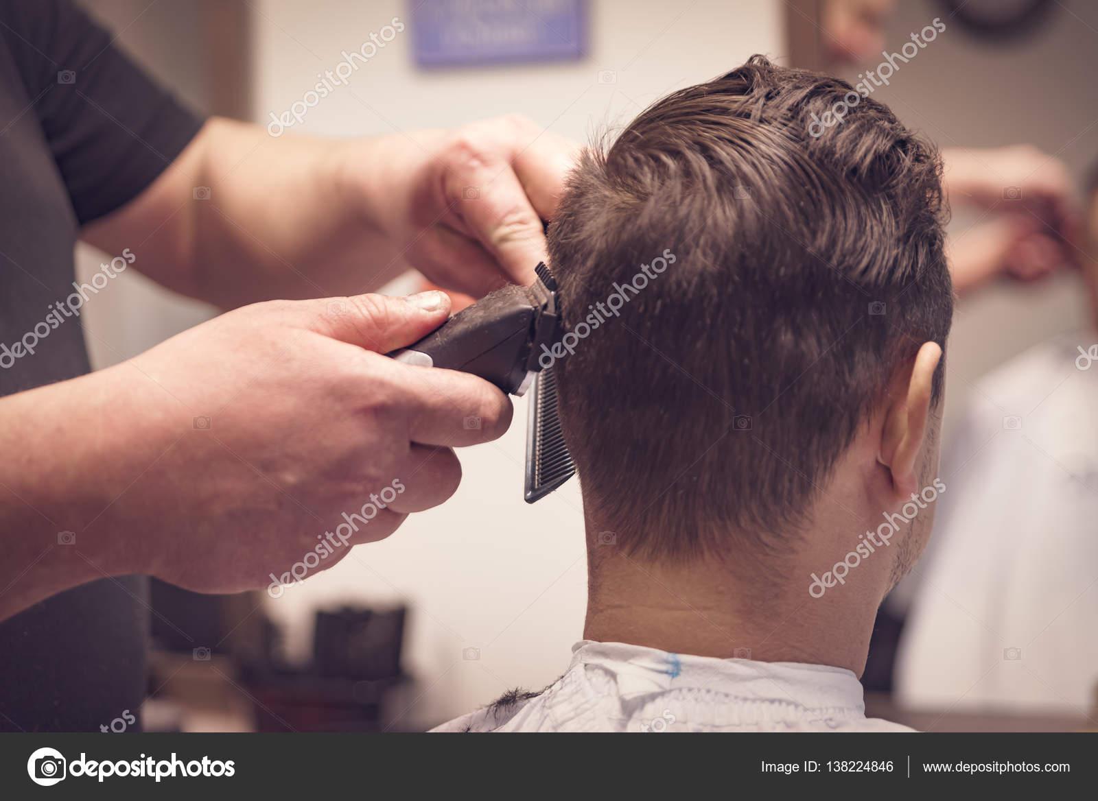 So dass Haarschnitt von Friseur im barbershop — Stockfoto © muzzyco ...
