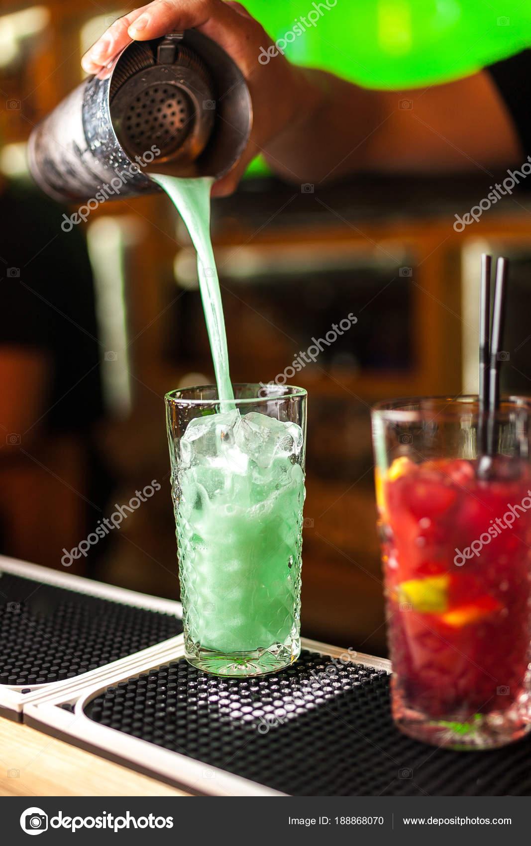 Nahaufnahme Von Erfahrenen Barkeeper Machen Blau Türkis Und Rot