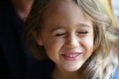 4 éves lány nevet örömében