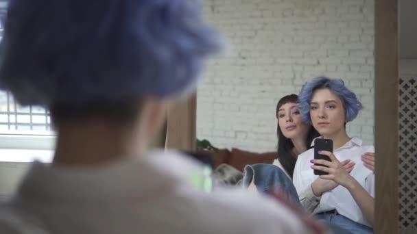 lesbisches Paar beim Selfie im Spiegel. Küssende Mädchen fotografieren. Konzeptliebende, gleichgeschlechtliche Spbd