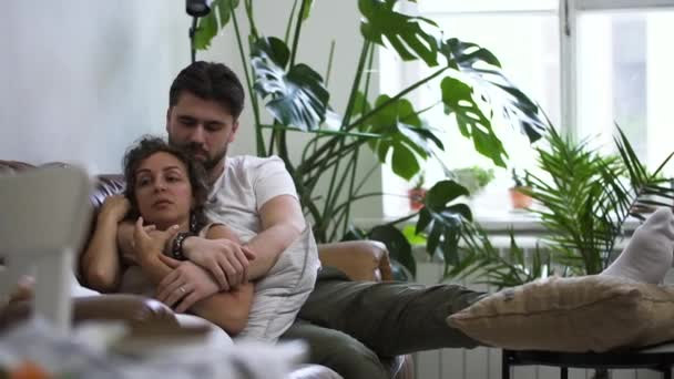 Szeretetteljes pár a kanapén, ölelik egymást Spbd. élvezem a kellemes jó reggelt