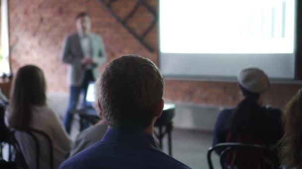 obchodní tým moderátor prezentovat obchodní školení ukazuje nápady na tabuli projektor Spbd