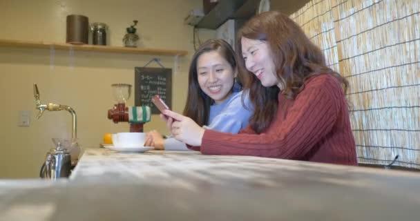 Krásné dívky, směje se v kavárně