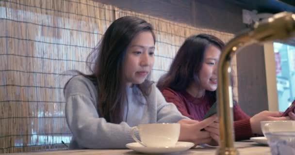 Ženy mluví v kavárně