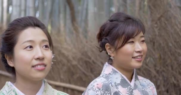 Niedliche japanische Frauen im Bambuswald Kyoto