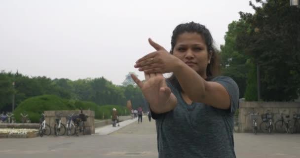 junges indisches Mädchen wärmt sich vor einem Lauf auf