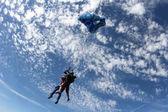 Padák je opeining v úžasné modré obloze