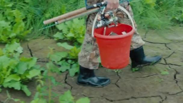 Rybář chodí přes bahno nohou rybáře v boty detailní záběry procházky bahnem