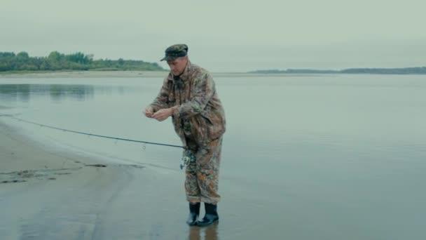 Rybář se změní jeho lžíci obecný plán rybář mění lžíce návnada na spřádání na břehu řeky