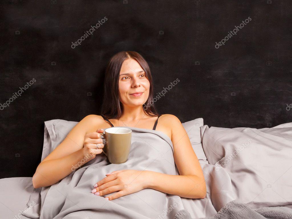 femme au lit et boire du caf du matin photographie seregalsv 127321328. Black Bedroom Furniture Sets. Home Design Ideas