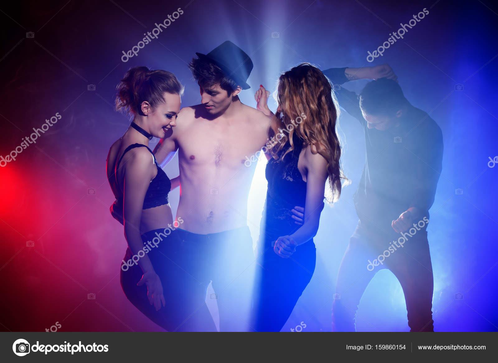 jóvenes que bailan — Fotos de Stock © prometeus #159860154